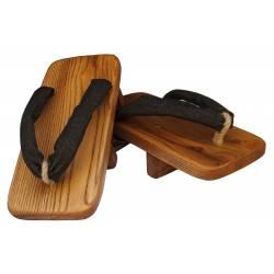 Geta KAMIKAZE en bois de cèdre, fabriqué de manière artisanale.